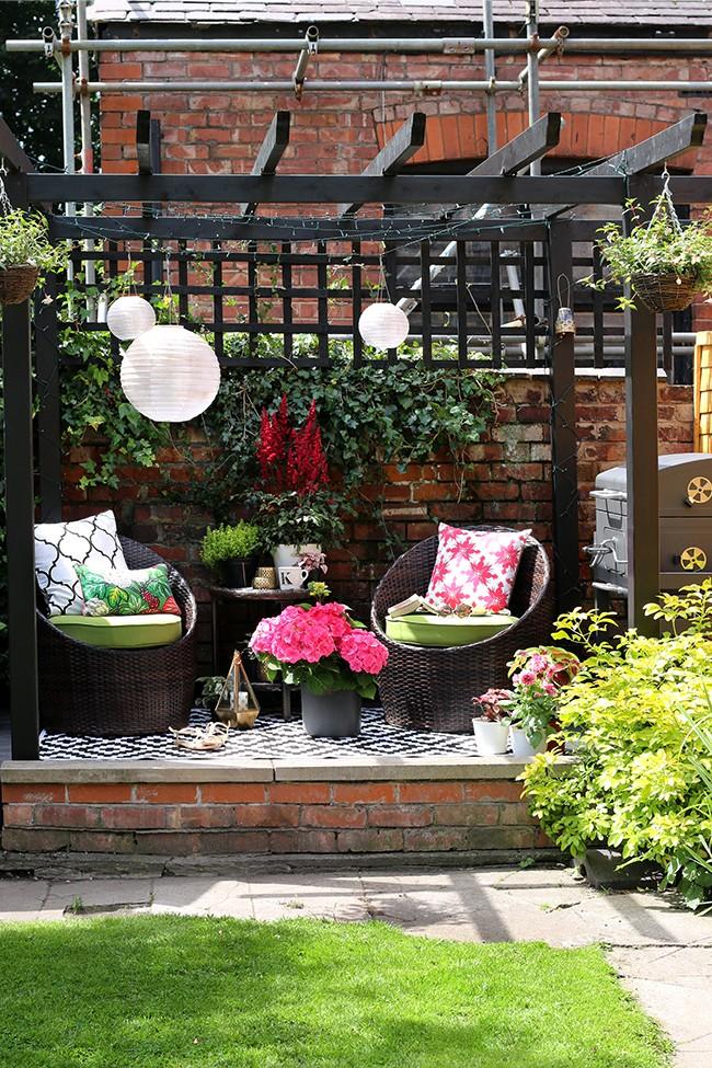 outdoor seating area pergola